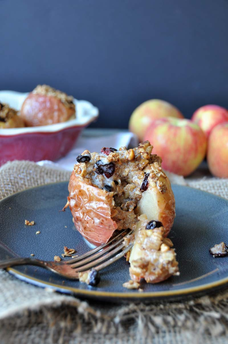 Healthy baked apples dessert! Stuffed with oats, nuts, and dried cranberries, and it's sugar-free! www.veganosity.com