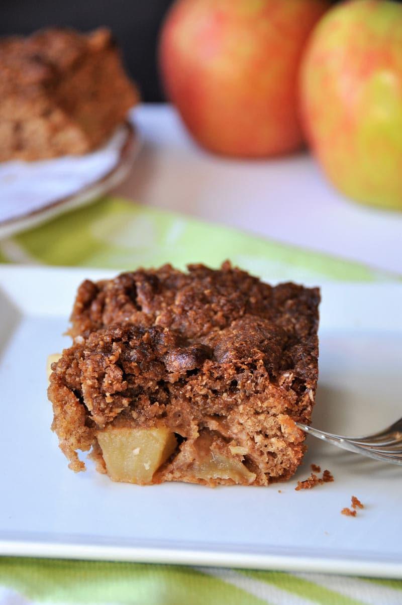 Vegan apple cinnamon crunch cake! The perfect refined sugar-free dessert!